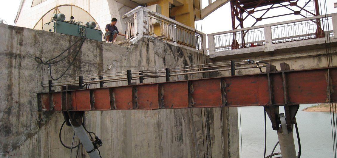Sbarramento fluviale in Vietnam - Particolare attacchi cilindri